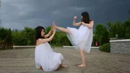 小女孩用挠敌人对付视频无影脚脚心一直眉图片