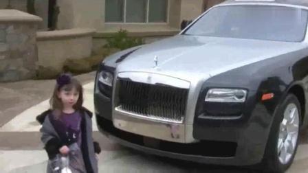 土豪刚买的劳斯莱斯到货, 女儿用手指了下车标后, 结果懵圈了