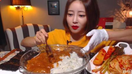 韩国吃播: 欧尼吃自制超辣香肠咖喱饭, 放超多青辣椒和辣椒面, 吃的太过瘾了