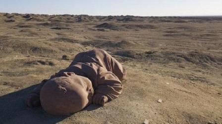 """中国西北荒凉的戈壁滩上趴着一个""""巨婴"""", 已在戈壁""""酣睡""""一年"""