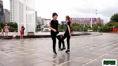 点击观看《姐妹俩 对跳26步鬼步舞 闯天涯 都是基础步 简单易学》