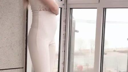 秀气美女窗台边的自拍, 迷人身姿惊艳了