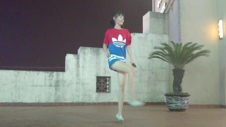点击观看《小君广场舞 一个人跳帅气的64步鬼步舞 音乐很动感》