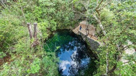 这个看似普通的水塘, 潜入水下30米后, 竟是让人非常震撼的景象