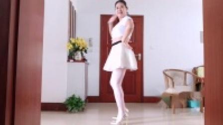 点击观看《王一丹广场舞 中年大妈跳白衣短裙跳舞视频》