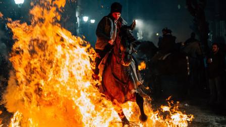 西班牙为动物举办节日,居民骑着马穿越火海,场景如同世界末日!