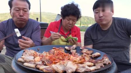 《韩国农村美食》五花肉炒辣白菜,配苏子叶,一家人吃得真香