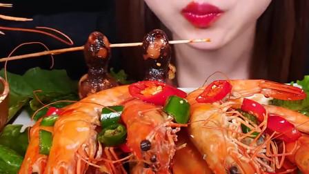 国外女吃货,吃黑虎虾+鱿鱼