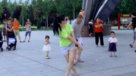 点击观看《青青世界广场无基础好学广场舞 老头们都看入迷了》