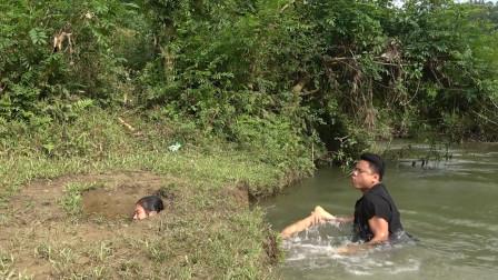 农村夫妻在河边干啥?费力搞到野货,直接用竹栏烤,越吃越想吃