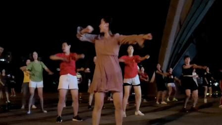 点击观看《青青世界舞蹈视频 夜晚入门广场健身舞跳起来》