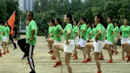 点击观看《免费鬼步舞视频 青青世界美女教大家分解》