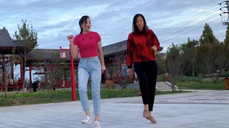 点击观看《青青世界鬼步舞视频轻云蔽月 母女齐跳》