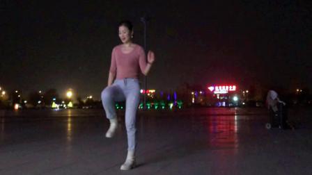 点击观看《青青世界学跳广场舞视频《太美了》 夜晚的大冬天跳健身舞》
