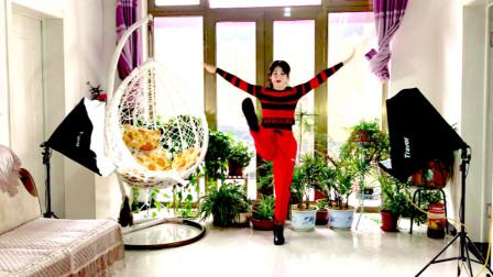点击观看《阿采广场舞 农村媳妇防疫情家中跳《健身操》》