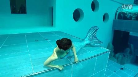 意大利一水上中心开设独特展会 美人鱼潜水员的表演 引游客纷纷拍照