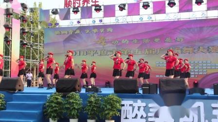点击观看《荣容广场舞 再唱山歌给当听 终于上舞台表演的广场舞视频了》
