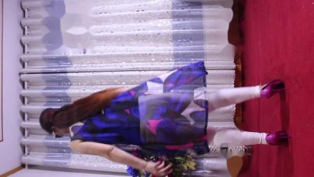 点击观看《荣容广场舞 心跳 中老年人喜欢的广场舞视频》