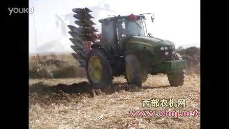 新疆第一辆迪尔2204犁地(西部农机网)