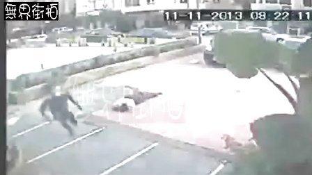 监控拍到女子跳楼撞地瞬间,现场男子被吓尿