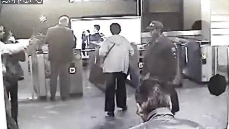 罕见!抢劫武装警察
