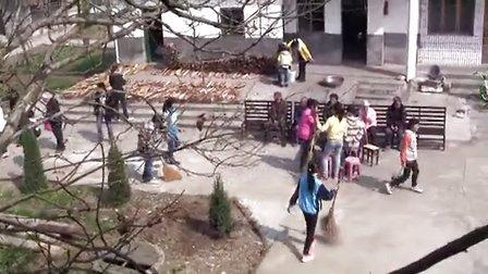 追寻中国梦图片展走进宜黄县二中:学习中国梦 爱心敬老院