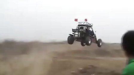 越野卡丁车惊险飞跃!