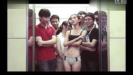 搞笑视频电梯超重别担心 雷人妹子有高招 奇葩美