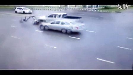 监控实拍:摩托情侣路口被撞飞 再遭碾压