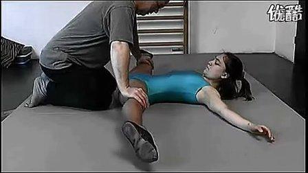 男老师指导女学生劈腿练习2