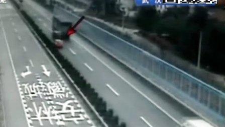 监控实拍:司机高速超车 撞上护栏甩飞乘客
