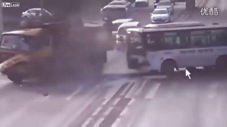 中国老太过马路被公交车撞伤