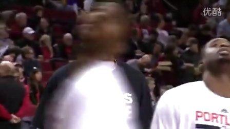 """【纪念查理周刊记者】NBA开拓者队:法国球员巴图姆,赛前训练穿印有""""我是查理""""的短袖"""