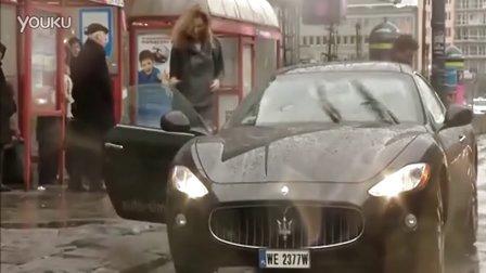 监控实拍:卧槽!情侶试驾超跑玛莎拉蒂 遭遇开门杀...惊呆了