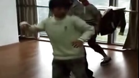 小伍 小凯童年练舞视频~犯错挨打屁屁(伍禾胤 王俊凯)