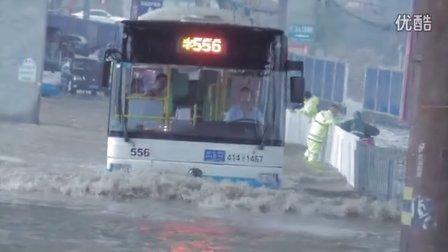 【拍客】暴雨突袭武汉 亲身体验公交变轮船