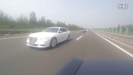 北京克莱斯勒300C车友会聚会高速行进视频