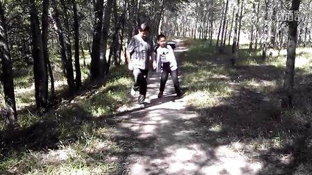 和小外孙在野外运动(三)