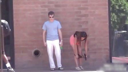 美女当街脱内裤恶搞路人视频