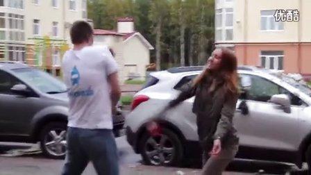 【哇哈哦哦】战斗民族妹子发现男友偷腥,冲其座驾发泄一通~~结尾高能啊