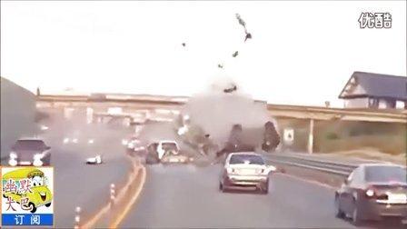 惊险一幕,汽车相撞,人被撞的飞上几十米的高空。【幽默大巴】