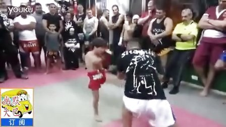 搞笑--小男孩打泰拳,可把成年人打倒在地,厉害。