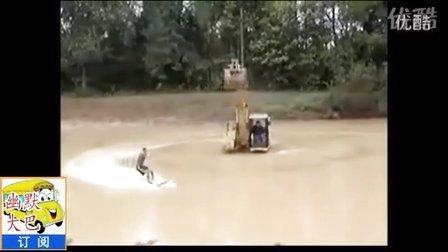 惊险刺激,挖掘机旋转拖拽拉人划水,真牛。【搞笑幽默大巴】