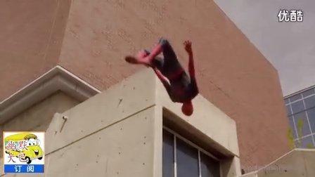 搞笑视频,牛人表演蜘蛛侠飞檐走壁的绝技,真牛。