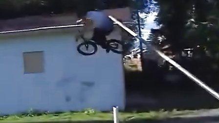 搞笑视频,高手的自行车技巧,花样百出,无与伦比。