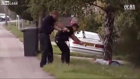 搞笑视频,国外抓违法者全过程,带上手铐还逃跑,小样,跑得了吗