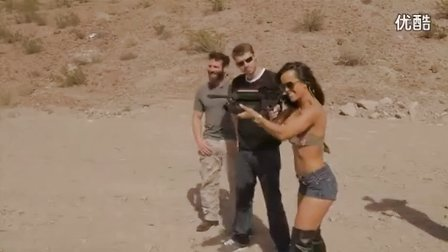 搞笑视频,富二代教比基尼美女远距离射击西瓜