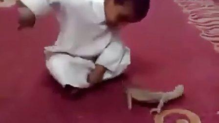 搞笑视频,大人不约束宝宝的行为,就会出现点意外。