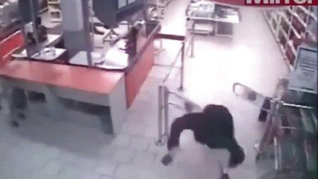 搞笑视频,监控实拍,笨小偷想从超市溜走,结果摔昏过去了