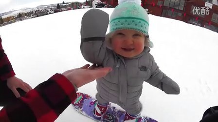 一岁萌娃学滑雪,淡定自嗨爆可爱!